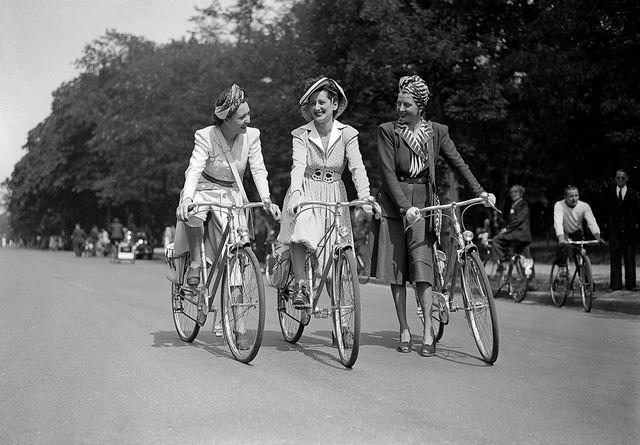 Guerre 1939-1945. Journée de l'élégance à bicyclette, Paris, juin 1942.     LAPI-8249
